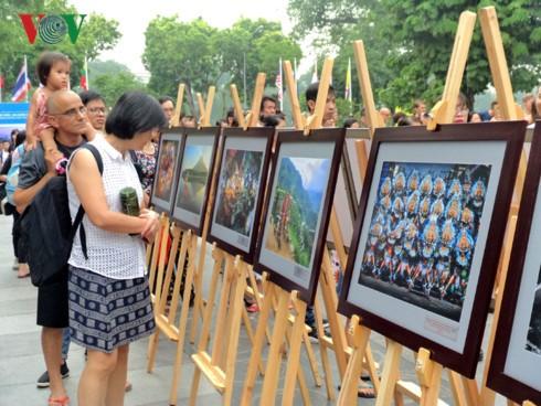 ハノイで「ASEANの国土と人々」写真展が始まる - ảnh 1