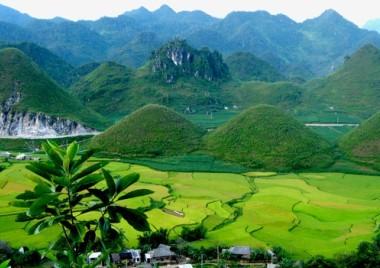 山間部にあるクアンバ県と2つのおっぱい山の伝説 - ảnh 1