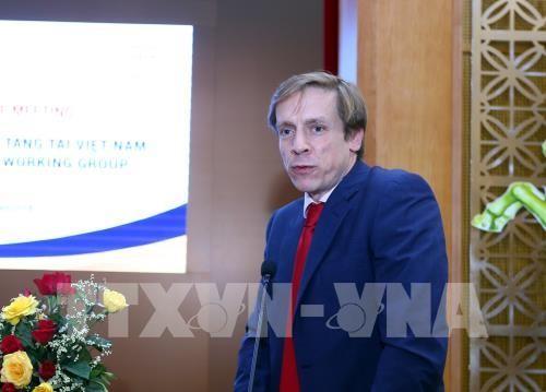 フック首相、ダボス会議へ出席前の取材 - ảnh 1