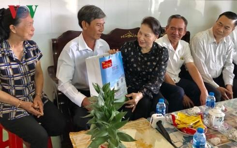 党と国家の指導者ら、住民にテト用品を手渡す - ảnh 1