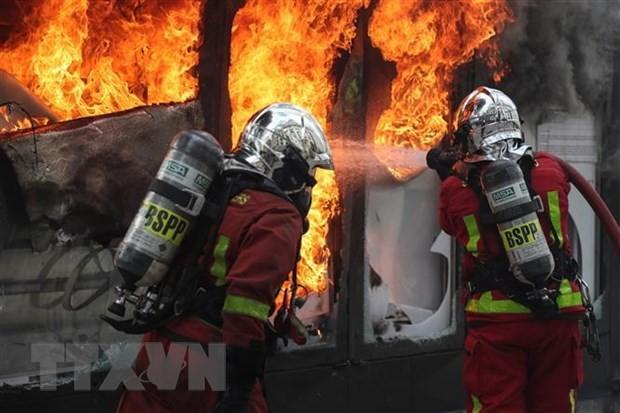 パリ中心部でデモ 破壊行為も相次ぐ 政権に根強い不満 - ảnh 1