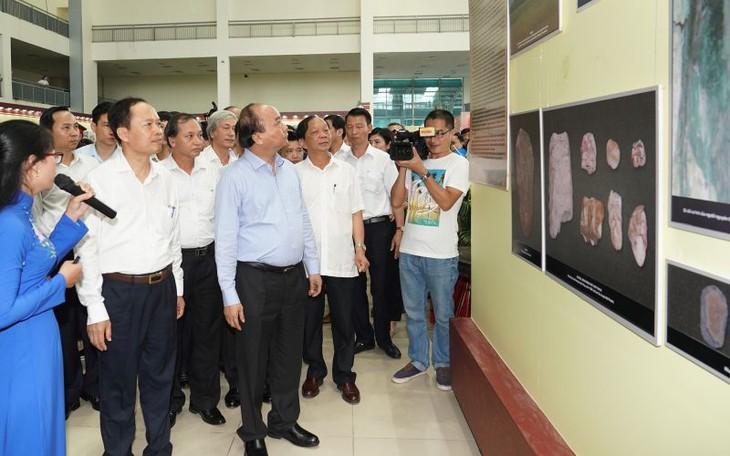 フック首相、「タインホアの昔と今日」展示会を見学 - ảnh 1