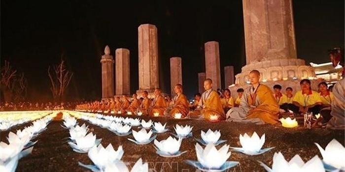 世界の平和を祈願する灯篭流し - ảnh 1