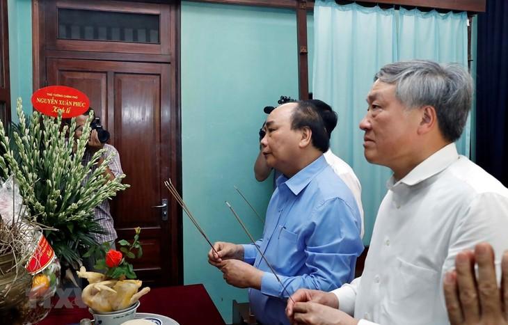 フック首相、ホーチミン主席に線香を手向ける - ảnh 1