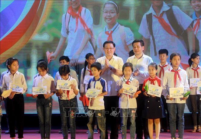 フエ副首相、「貧しい子供の通学を支援する」 - ảnh 1