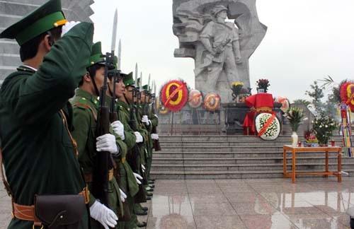海军部队举行悼念仪式,缅怀为保卫长沙群岛而牺牲的64名烈士 - ảnh 1