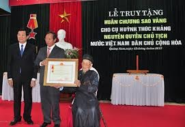 张晋创主席向原越南民主共和国代理主席黄叔沆追授金星勋章 - ảnh 1