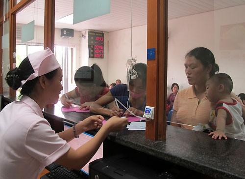 贫困者和持医疗保险卡人员从医疗服务费用调整中受益 - ảnh 1