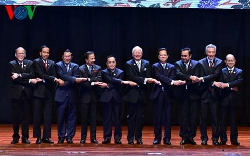 越南政府总理阮晋勇出席第27届东盟峰会开幕式和全体会议 - ảnh 1