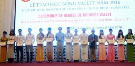 向越南中部三省优秀大中学生颁发Vallet奖学金 - ảnh 1