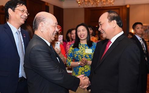 阮春福看望越南驻香港和澳门总领事馆工作人员和当地越南人代表 - ảnh 1