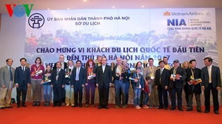 河内和胡志明市接待新年的第一批国际游客 - ảnh 1