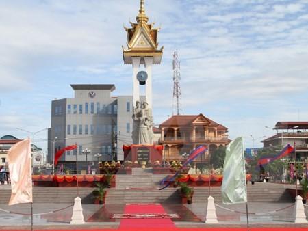 越柬友好塑像和独立台落成典礼在柬埔寨举行 - ảnh 1
