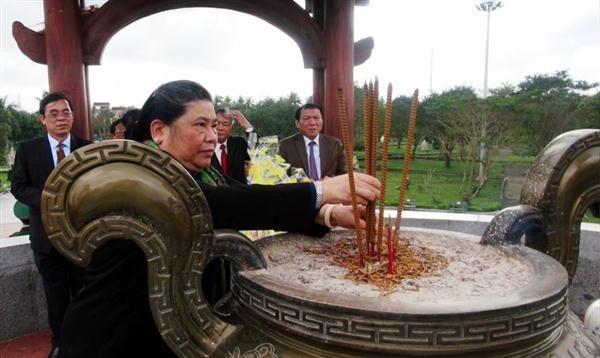 越南国会常务副主席丛氏放向广治省英雄烈士表达感恩之情 - ảnh 1