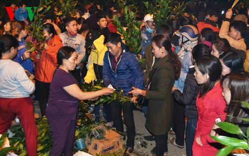 独特的一年一度于半夜开市的春节集市 - ảnh 1