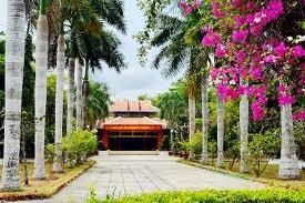 茶荣省胡志明主席纪念祠迎来众多游客前来参拜 - ảnh 1