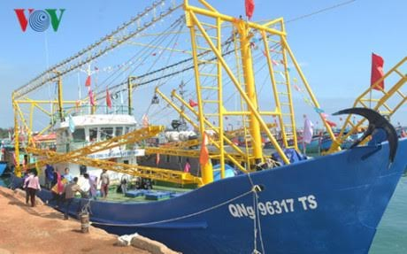 越南渔民前往黄沙传统渔场捕鱼前高唱国歌 - ảnh 1
