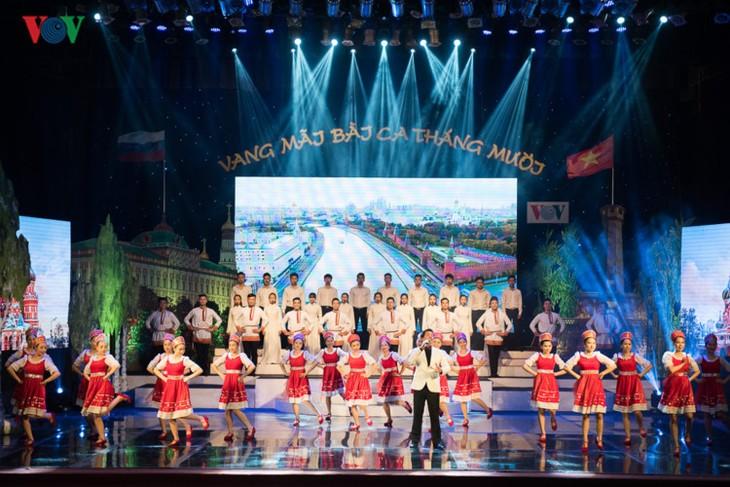 越南各地各部门举行多场艺术活动纪念俄国十月革命100周年 - ảnh 1