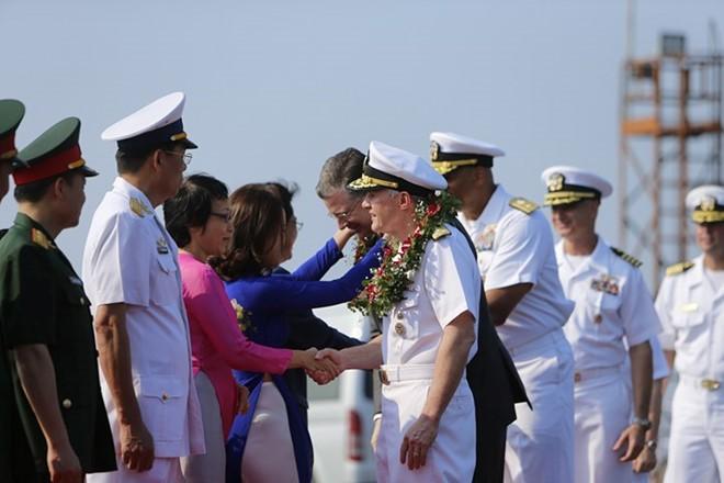 美国海军舰艇编队继续在岘港市的交流活动 - ảnh 1