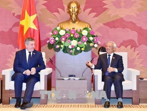 汪朱刘会见罗马尼亚-越南友好议员小组和美国-东盟商务委员会代表团 - ảnh 1