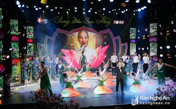 """同塔省和义安省举行""""同一朵红莲""""艺术晚会纪念胡志明主席诞辰128周年 - ảnh 1"""