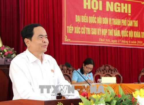 越南祖国阵线中央委员会主席陈清敏与芹苴市选民进行接触 - ảnh 1