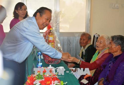 张和平看望慰问前江和隆安两省越南英雄母亲和政策优抚家庭 - ảnh 1