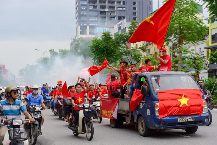 越南全国球迷热情鼓励国奥队  - ảnh 1