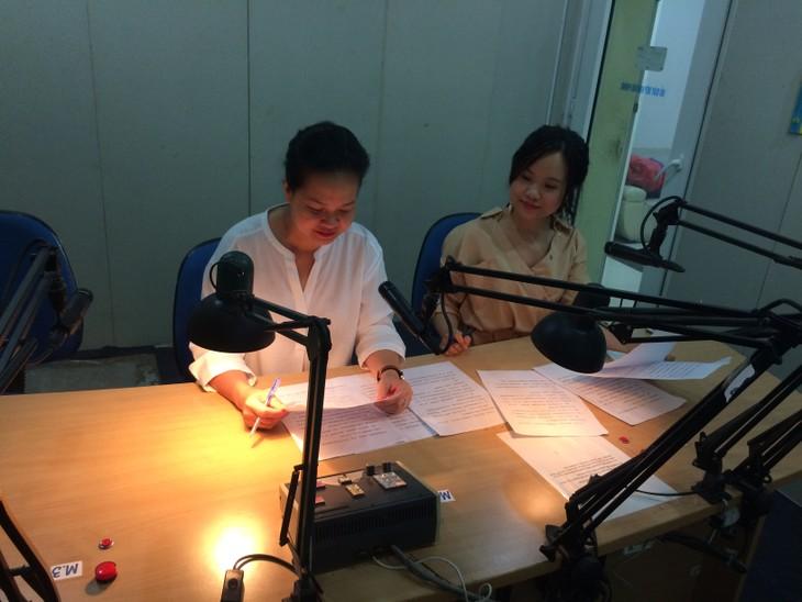 编辑和播音员陈氏妙卿分享她工作中的一些故事 - ảnh 1