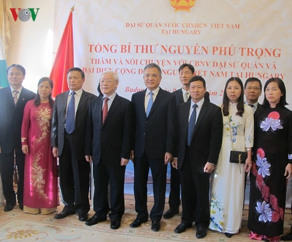 阮富仲看望越南驻匈大使馆工作人员并会见匈社会党主席贝尔道兰 - ảnh 1