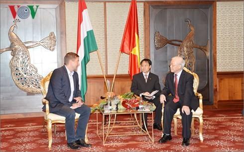 阮富仲看望越南驻匈大使馆工作人员并会见匈社会党主席贝尔道兰 - ảnh 2