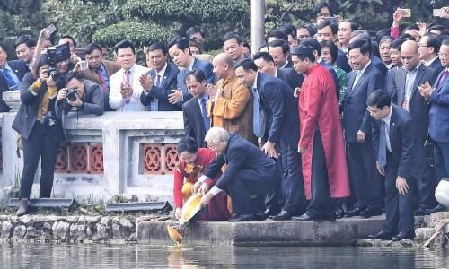 阮富仲与夫人和越南侨胞一同出席放鲤鱼送灶君仪式 - ảnh 1