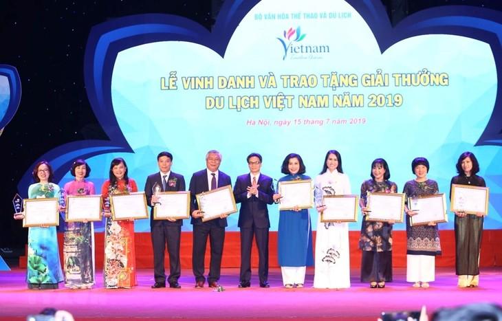 政府副总理武德担出席旅游企业表彰会暨2019年越南旅游颁奖仪式 - ảnh 1