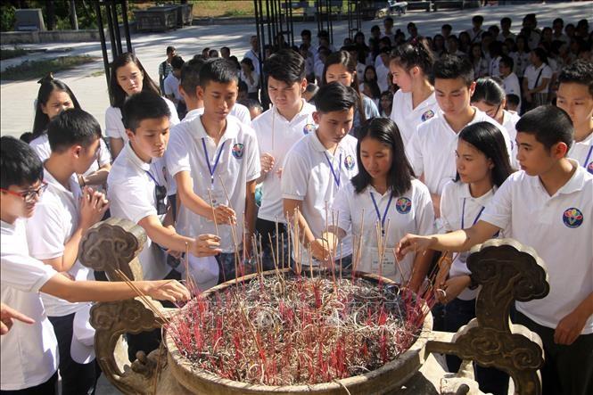 越侨青年和大学生在长山国家烈士墓园上香感恩英烈 - ảnh 1