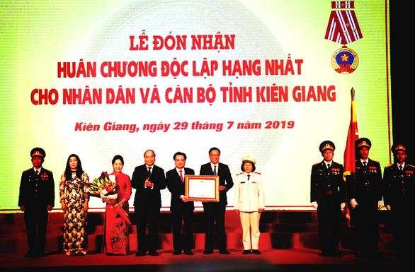 阮春福总理向坚江省颁发一级独立勋章 - ảnh 1
