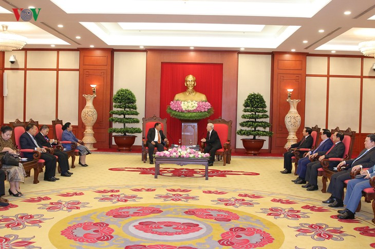 阮富仲会见老挝人民革命党中央总书记、国家主席本扬·沃拉吉 - ảnh 1