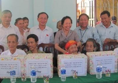 Wapres Vietnam Nguyen Thi Doan memberikan bingkisan kepada keluarga prioritas di provinsi Quang Binh - ảnh 1