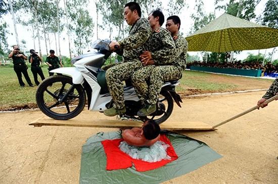 Pasukan Anti Terorisme Vietnam melakukan latihan - ảnh 8