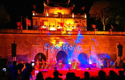 """Kira-kira 120.000 wisatawan domestik dan manca negara menghadiri program """"Memori Hanoi"""" - ảnh 1"""