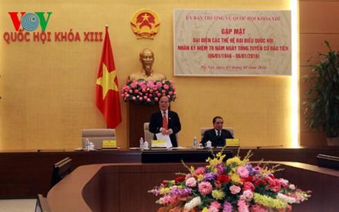 Ketua MN Nguyen Sinh Hung melakukan pertemuan dengan berbagai generasi anggota MN Vietnam - ảnh 1