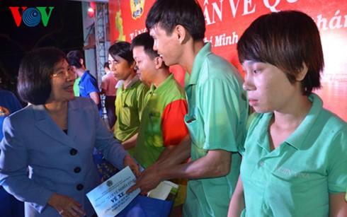 Kota Ho Chi Minh memberikan kira-kira 2.800 bingkisan kepada para pekerja yang tak bisa pulang kampung menyongsong Hari Raya Tet - ảnh 1