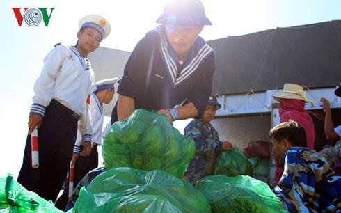 Bingkisan Hari Raya Tet senilai kira-kira 800 juta dong Vietnam diberikan kepada tentara dan rakyat di daerah laut Vietnam Barat Daya - ảnh 1