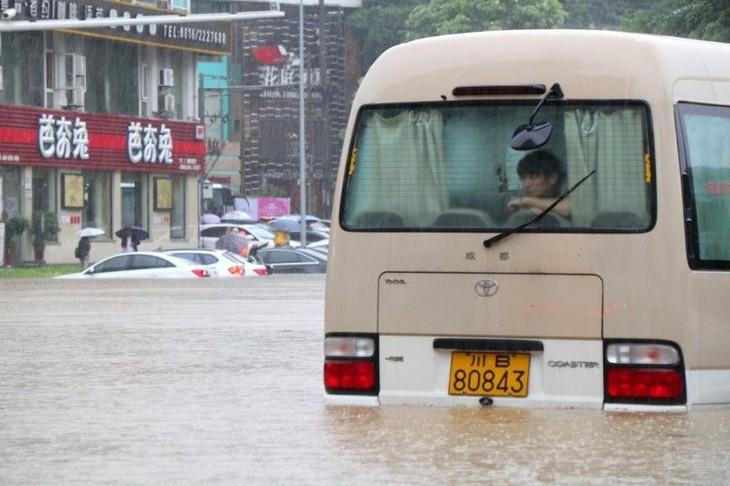 Chine: 9.000 passagers bloqués à l'aéroport à cause des pluies torrentielles - ảnh 1