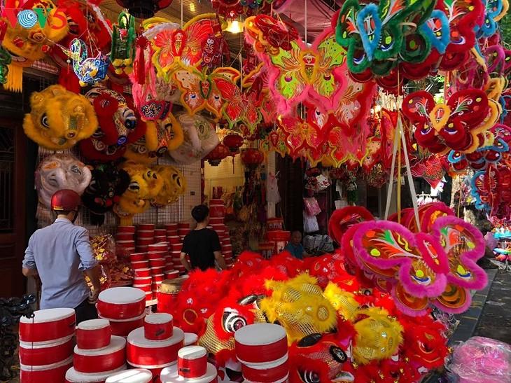 La fête de la mi-automne dans le vieux quartier de Hanoi - ảnh 1