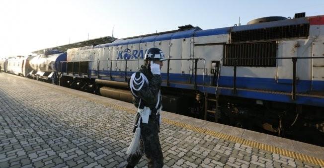 Un train sud-coréen passe au Nord, une reconnexion ferroviaire à l'étude - ảnh 1