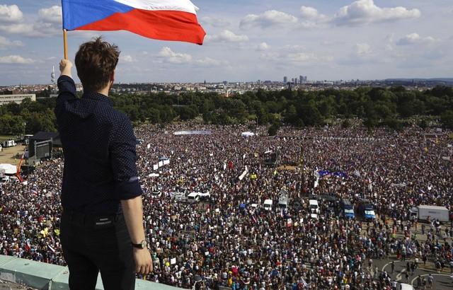 Imposante manifestation à Prague contre le Premier ministre - ảnh 1