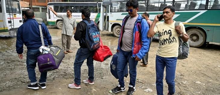 Touristes et pèlerins fuient le Cachemire après des mises en garde du gouvernement - ảnh 1