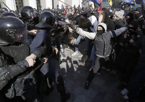 Zusammenstöße vor dem ukrainischen Parlamentsgebäude - ảnh 1
