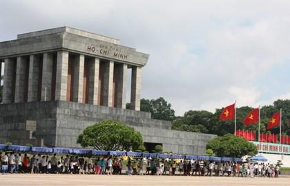 Mehr als 100.000 Menschen besuchen Ho Chi Minh-Mausoleum zu Festtagen - ảnh 1