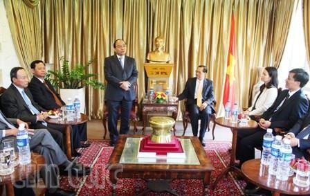 Vize-Premierminister Nguyen Xuan Phuc trifft Mitarbeiter vietnamesischer Vertretungen in Singapur - ảnh 1